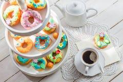 Les butées toriques délicieuses ont servi avec du café sur la table blanche Photo libre de droits