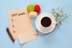 Les buts de la vue supérieure 2017 énumèrent avec le carnet, tasse de café Image libre de droits