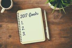 Les buts de la vue supérieure 2017 énumèrent avec le carnet, tasse de café Photographie stock