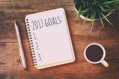 Les buts de la vue supérieure 2017 énumèrent avec le carnet, tasse de café Images libres de droits