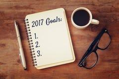 Les buts de la vue supérieure 2017 énumèrent avec le carnet, tasse de café Images stock