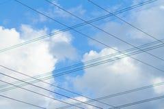 Les câbles électriques sur le ciel bleu Photographie stock libre de droits