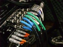 Les câbles colorés ont branché à un conseil sain Images libres de droits