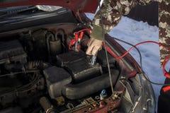 Les câbles de pullover de mécanicien se sont reliés à une batterie déchargée Images libres de droits