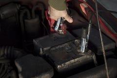 Les câbles de pullover de mécanicien se sont reliés à une batterie déchargée Photo stock