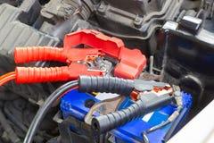 Les câbles de pullover pour la batterie de remplissage de véhicule identifient les terminaux positifs et négatifs photographie stock libre de droits