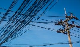 Les câbles malpropres ont attaché aux électricités le poteau en Thaïlande images stock