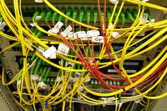 les câbles ont connecté des serveurs de fibre à Images libres de droits