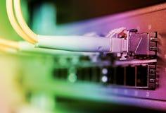 les câbles ont connecté le commutateur optique de fibre à image stock