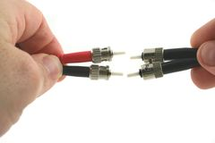 Les câbles optiques d'ordinateur de fibre se sont retenus dans la main Image stock