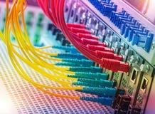 Les câbles optiques de fibre ont connecté à l'les ports optiques images libres de droits