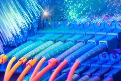 Les câbles optiques de fibre ont connecté à l'les ports optiques photographie stock