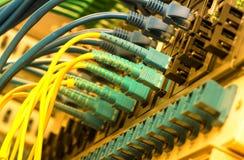 Les câbles optiques de fibre ont connecté à l'les ports optiques images stock