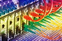 Les câbles optiques de fibre ont connecté à l'les ports optiques image stock