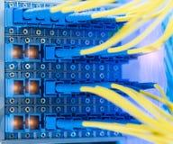 Les câbles optiques de fibre ont relié à l'les ports et le câble optiques photos libres de droits