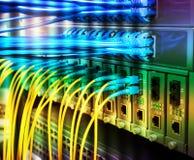 Les câbles optiques de fibre se sont reliés aux ports optiques et à l'UTP images libres de droits