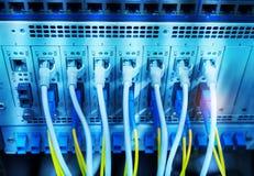 Les câbles optiques de fibre se sont reliés aux ports optiques et à l'UTP photo libre de droits