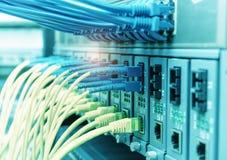 Les câbles optiques de fibre se sont reliés aux ports optiques et à l'UTP images stock