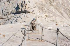 Les câbles vers le haut du demi dôme en parc national de Yosemite Images libres de droits