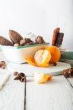 Les céréales de petit déjeuner, biscuits, écrous, ont séché des fruits et des mandarines Photo libre de droits