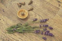 Les cônes exaspèrent et les fleurs de lavande sur une table en bois Image libre de droits