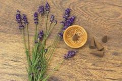 Les cônes exaspèrent et les fleurs violettes de lavande sur une table en bois Photo stock