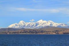 Les côtes et les Andes de Titicaca Photographie stock