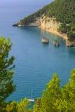 Les côtes les plus belles de l'Italie : Zagare et x28 ; ou Mergoli& x29 ; Baie et x28 ; Apulia& x29 ; Images stock
