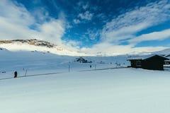les cabanes en bois sur de belles montagnes aménagent en parc avec le bleu photo libre de droits