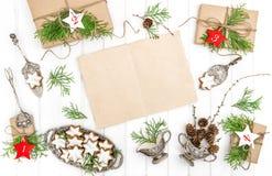 Les cadeaux de biscuits de Noël de calendrier d'avènement empaquettent la décoration de feuille Photo stock