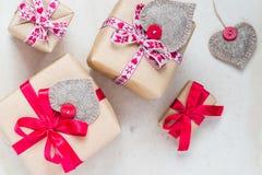 Les cadeaux de jour de valentines remettent aux coeurs cousus le vieux papier Images stock
