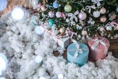 Les cadeaux de Noël ont emballé avec le papier et les bandes roses et tiffany sous l'arbre décoré Copiez l'espace photos libres de droits