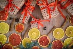 Les cadeaux de nouvelle année avec le ruban rouge Cadeaux de Noël d'emballage Garla images libres de droits
