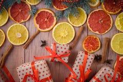 Les cadeaux de nouvelle année avec le ruban rouge Cadeaux de Noël d'emballage Garla image libre de droits
