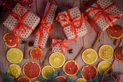 Les cadeaux de nouvelle année avec le ruban rouge Cadeaux de Noël d'emballage Garla photos libres de droits