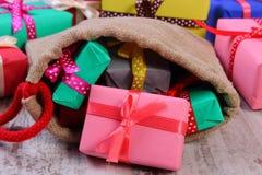 Les cadeaux enveloppés dans le jute mettent en sac pour Noël ou toute autre célébration Images libres de droits