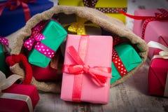 Les cadeaux enveloppés dans le jute mettent en sac pour Noël ou toute autre célébration Photo stock