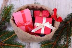 Les cadeaux enveloppés dans le jute mettent en sac pour Noël ou toute autre célébration Photos libres de droits