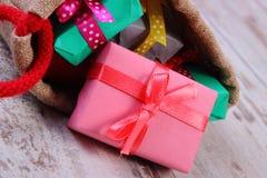 Les cadeaux enveloppés dans le jute mettent en sac pour Noël ou toute autre célébration Image libre de droits