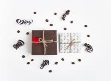 Les cadeaux faits main sur le fond blanc décoré du coeur et du papier serpentent Vue supérieure, configuration plate Photos libres de droits