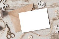 Les cadeaux mignons de nouvelle année de Noël de vintage raillent sur le fond en bois Photographie stock