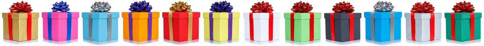 Les cadeaux présente le présent de cadeau d'anniversaire de Noël dans une rangée d'isolement photographie stock