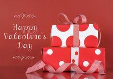 Les cadeaux rouges et blancs de Valentine avec l'échantillon textotent Photos stock