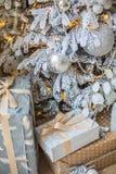 Les cadeaux sont sous l'arbre Image stock