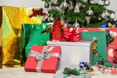 Les cadeaux sous l'arbre de Noël Image libre de droits
