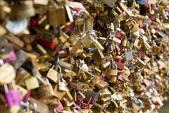 Les cadenas connus sous le nom de serrures d'amour ornent le pont de Pont des Arts qui enjambe la Seine à Paris Images stock