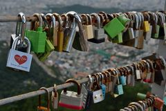 Les cadenas de l'amour ont trouvé en parc d'Apsan, Daegu, Corée La PIC était Photographie stock