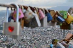 Les cadenas de l'amour ont trouvé en parc d'Apsan, Daegu, Corée La PIC était Photo libre de droits