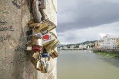 Les cadenas de symbole d'amour ont accroché sur le mur en Italie Photos libres de droits