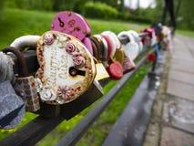 Les cadenas multicolores avec des clés absentes sur le pont sont des symboles de la fidélité et de l'amour images libres de droits